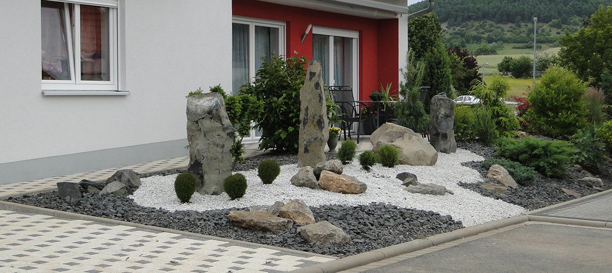 Neugestaltung Vorgarten mit Terrasse und Hofeinfahrt