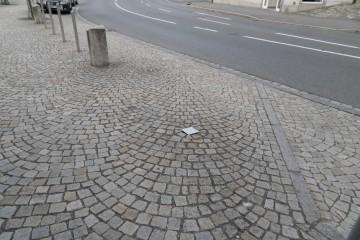 Fahnenhülsen bei der Sparkasse in Neustadt a.d.W. eingebaut Kopfsteinpflaster